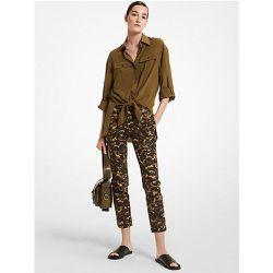 MK Pantalon Samantha en coton extensible à imprimé camouflage - GENÉVRIER(VERT) - Michael Kors - MICHAEL KORS COLLECTION - Modalova