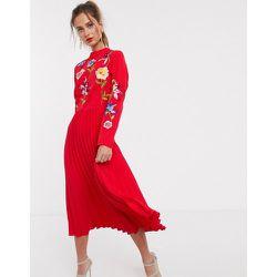 Robe mi-longue plissée avec motifs brodés - ASOS DESIGN - Modalova