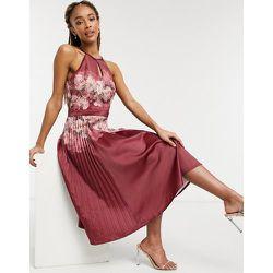 Alietta - Robe mi-longue plissée à fente goutte d'eau et motif floral - Framboise - chi chi london - Modalova