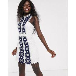 Robe fourreau courte en dentelle effet color block - Bleu - chi chi london - Modalova