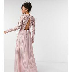 Robe longue en dentelle avec dos festonné - Chi Chi London Tall - Modalova