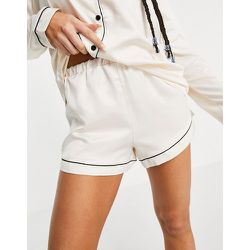 Mix and match - Short de pyjama en satin avec passepoils noirs - Crème - Loungeable - Modalova