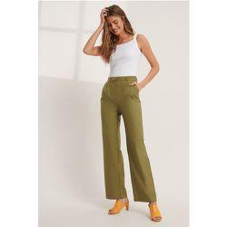 Pantalon De Costume Plissé - Green - Mathilde Gøhler x NA-KD - Modalova